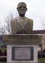 Busto Ramón Piñeiro - Carracedo